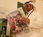 Un appassionato locale legge il programma corse di Arab News